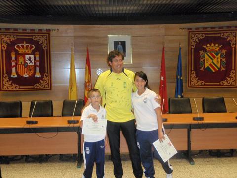 El alcalde junto a los niños de ambos equipos de la AD Collado Villalba