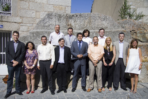 El nuevo Equipo de Gobierno, con el alcalde Agustín Juárez, posa en la Piedra del Concejo del casco antiguo