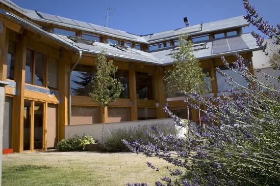 El edificio tiene  una cubierta vegetal que lo hace biosostenible