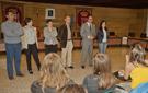 Miembros del Ayuntamiento reciben a los alumnos