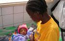 Madre con un niño víctima de la desnutrición