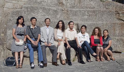 Integrantes de la delegación china junto a las concejalas de Atención al ciudadano y servicios generales, Belén Sánchez, y de Cooperación, Mercedes Palatucci, junto a Sonia Calvo, trabajadora del archivo