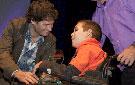 El joven intérprete de El Escondite José Esteban Lorente, recibe el premio al mejor actor de manos de Antonio Zabalburu