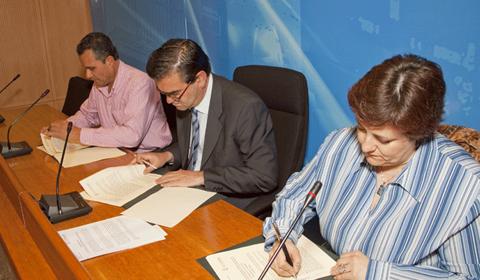 Julio Suárez, José Pablo González y Rosa Robledal firmando el convenio