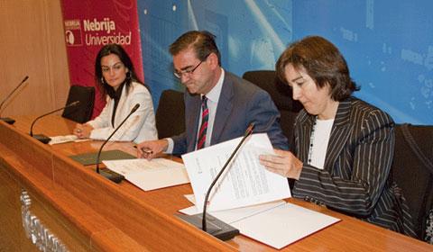 De izquierda a derecha, la concejala de Educación, Beatriz Martín junto al alcalde, José Pablo González, y la vicerrectora de la Nebrija, Pilar Vélez