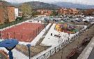 Parque infantil, jardines, aparcamiento y zona deportiva