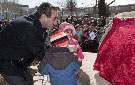 Los pequeños descubren la placa junto al alcalde