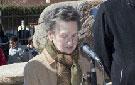 La escritora Carmen Abenza da lectura a un poema de Gloria Fuertes