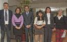 Los representantes municipales posan junto a las ganadoras del Certamen de Relatos y del Concurso de Carteles, la niña Yamira Narváez, junto a los representantes del centro educativo al que pertenece, Rosa Chacel