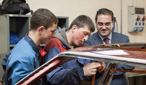 Alumnos realizando prácticas de mecánica
